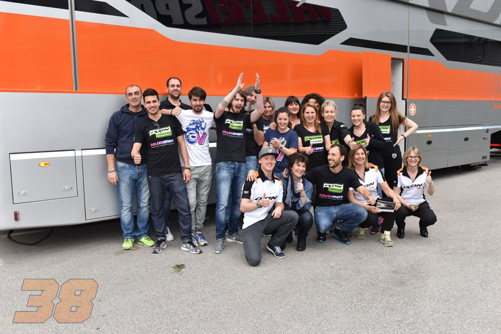 p  Ixon ambasador Bradley Smith had the opportunity to meet his Italian  fans 721874423b1